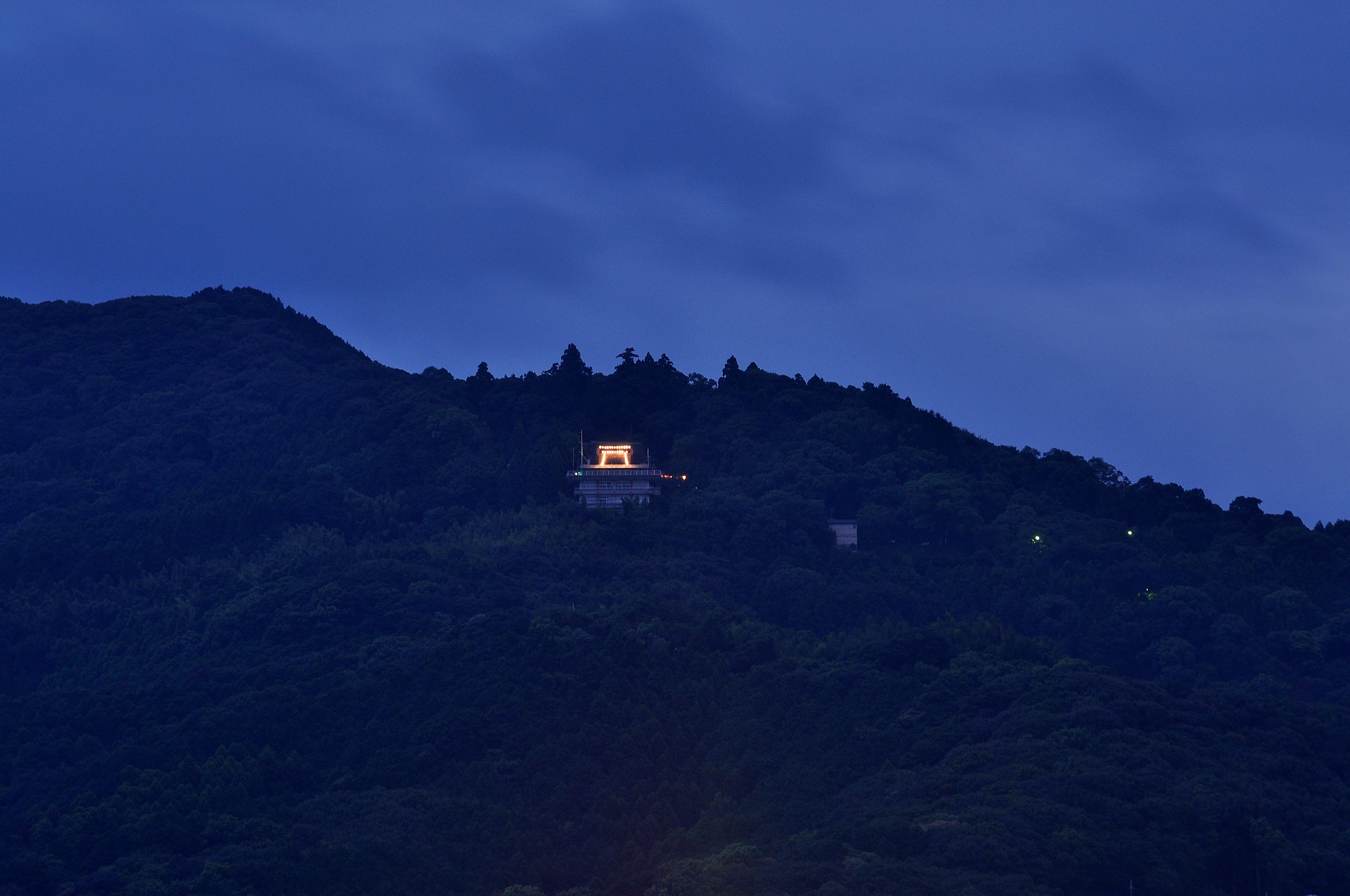 8月の夜高良山を見てください 鳥...